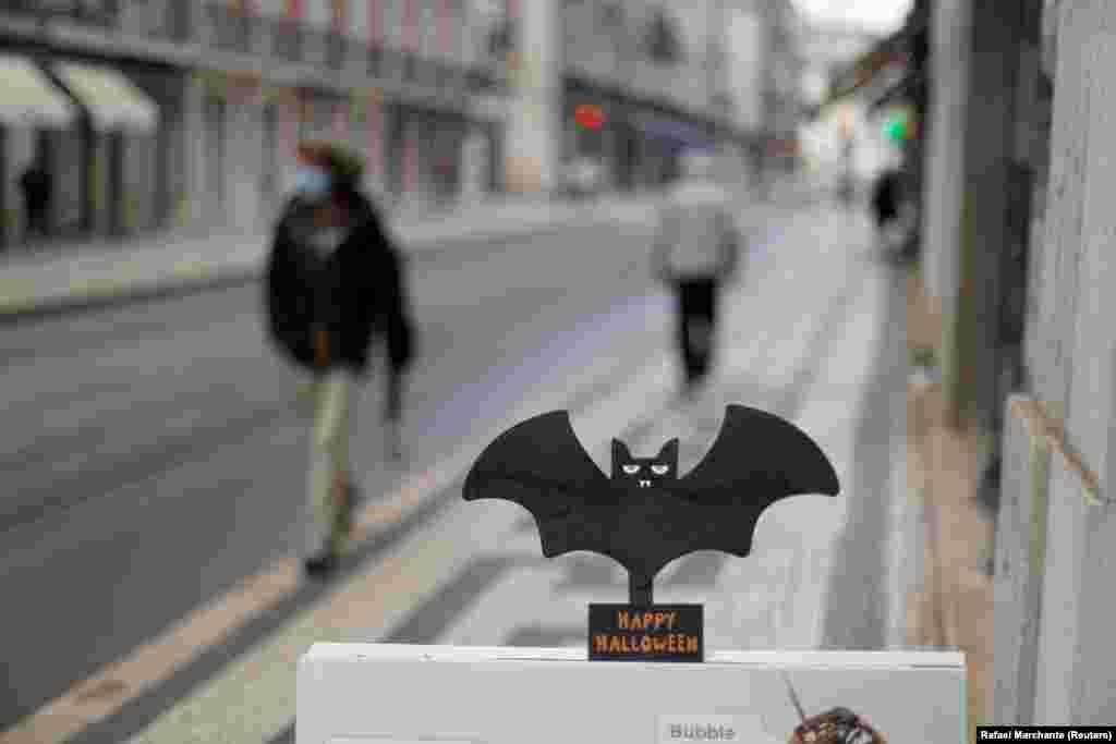 Португалия. Эта летучая мышь с пожеланием «Счастливого Хэллоуина» украшает вывеску одного из ресторанов в Лиссабоне