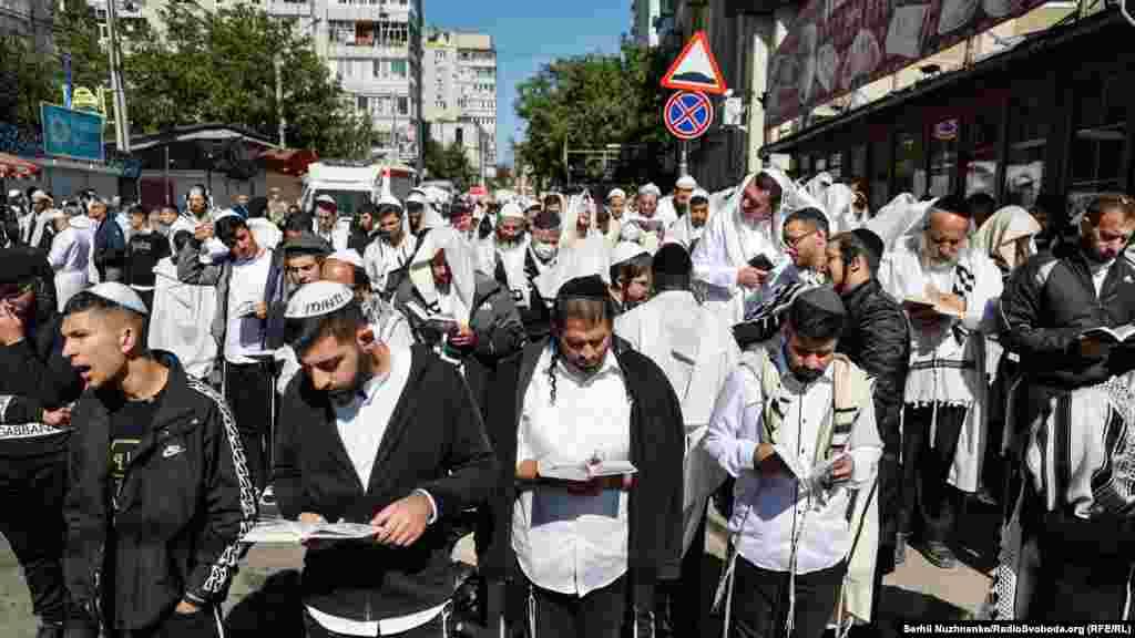 Після ранкової молитви паломники розпочинають святкування на вулиці Пушкіна в Умані. У цей час прийнято усім бути на вулиці. Паломники-хасиди повсюди – на вікнах, дахах будівель, вулицях чи будь-яких підвищеннях. Вони танцюють, співають, моляться та веселяться