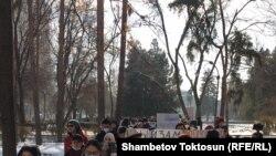 Жарандык активисттердин референдумга каршы жүрүшү. Бишкек. 6-декабрь, 2020-жыл.