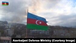 Азербайджанский флаг над зданием в Нагорном Карабахе.