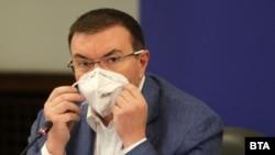 Здравният министър Костадин Ангелов по време на извънредния брифинг в неделя вечерта.