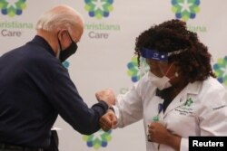 Джо Байден дякує медсестрі за щеплення. 21 грудня 2020 року