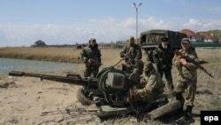 Донбассда хизмат ўтаётган украиналик ҳарбийлар.
