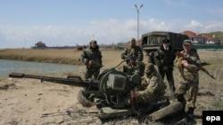 Бійці українського добровольчого батальйону «Донбас» на позиціях в Широкіному неподалік Маріуполя. 15 квітня 2015 року