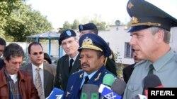 General-leytenant Rail Rzayev (ortada) Amerikalı və rusiyalı həmkarları ilə Qəbələ RLS-də