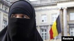 Մահմեդական կինը Բելգիայի խորհրդարանի շենքի դիմաց