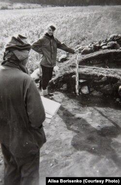 Во время археологических раскопок в Южной Сибири, руководимых Ю.С.Худяковым.