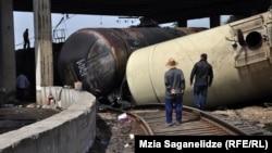 В пригороде Тбилиси произошла авария – перевернулись несколько железнодорожных цистерн, из которых вылилось около 260 тонн с дизельного топлива