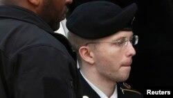 ԱՄՆ -- Բրեդլի Մենինգին ուղեկցում են Մերիլենդ նահանգի դատարան, 21-ը օգոստոսի, 2013թ․