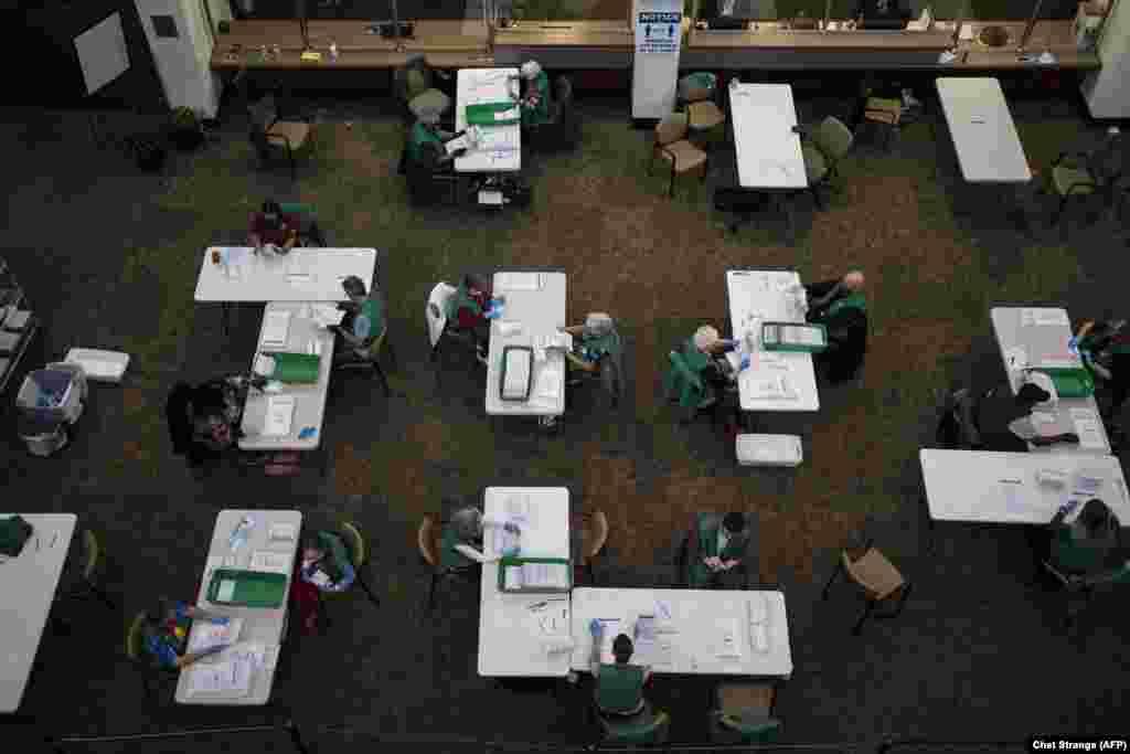 Проверка и подсчет бюллетеней для голосования в Дэнвере, штат Колорадо.