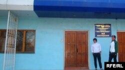 Студенты у общежития атырауского университета.