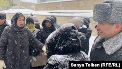 Группа ипотечников и сотрудники сил безопасности возле башен Дома министерств.