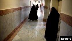 ۱۰ زندانی سیاسی زن زندان اوین از ۹ آبان ماه در اعتراض به آنچه «هتک حرمت» از سوی ماموران زن خواندهاند، در اعتصاب به سر میبرند.