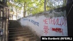"""Ulaz u Osnovnu školu """"Filip Kljajić"""" u beogradskoj opštini Čukarica, deset dana ispisan je nacionalističkim grafitima koji pozivaju na nasilje"""