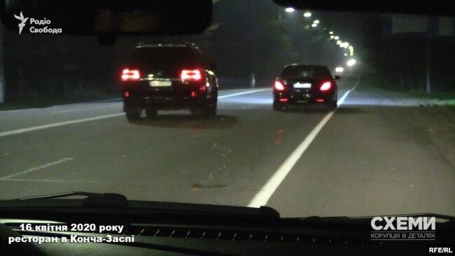 Зрештою машину журналістів розблокували, і дві автівки рушили геть