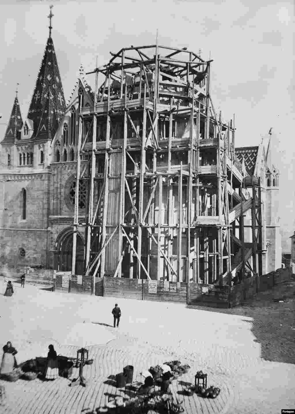 1893 год, церковь Матьяша, расположенная недалеко от Будайского замка, во время реконструкции. Здание было построено в XIV веке, но перестраивалось на протяжении более чем двух десятилетий в конце XIX века. В ходе реконструкции фасад церкви украсили декоративными элементами, например, горгульями и узорчатой черепичной крышей