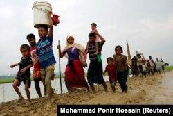 Рохинжа качкындары Бангладештин чек арасына өткөн учур. 3-сентябрь, 2017-жыл.