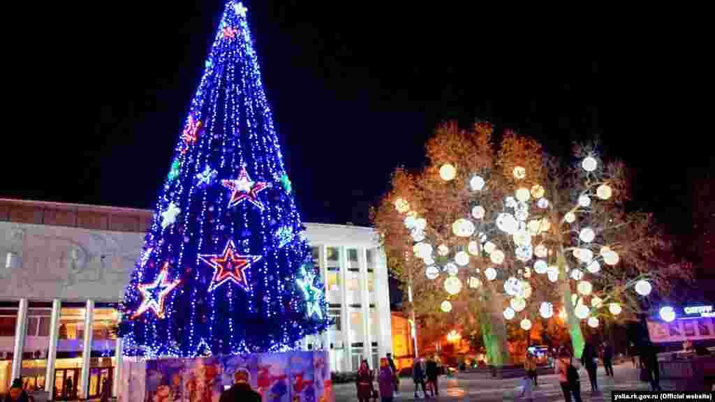 Праздничная елка в Ялте возле российского городского совета