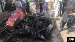 Представники сил безпеки і місцеві жителі на місці вибуху, Парачинар, Пакистан, 31 березня 2017 року