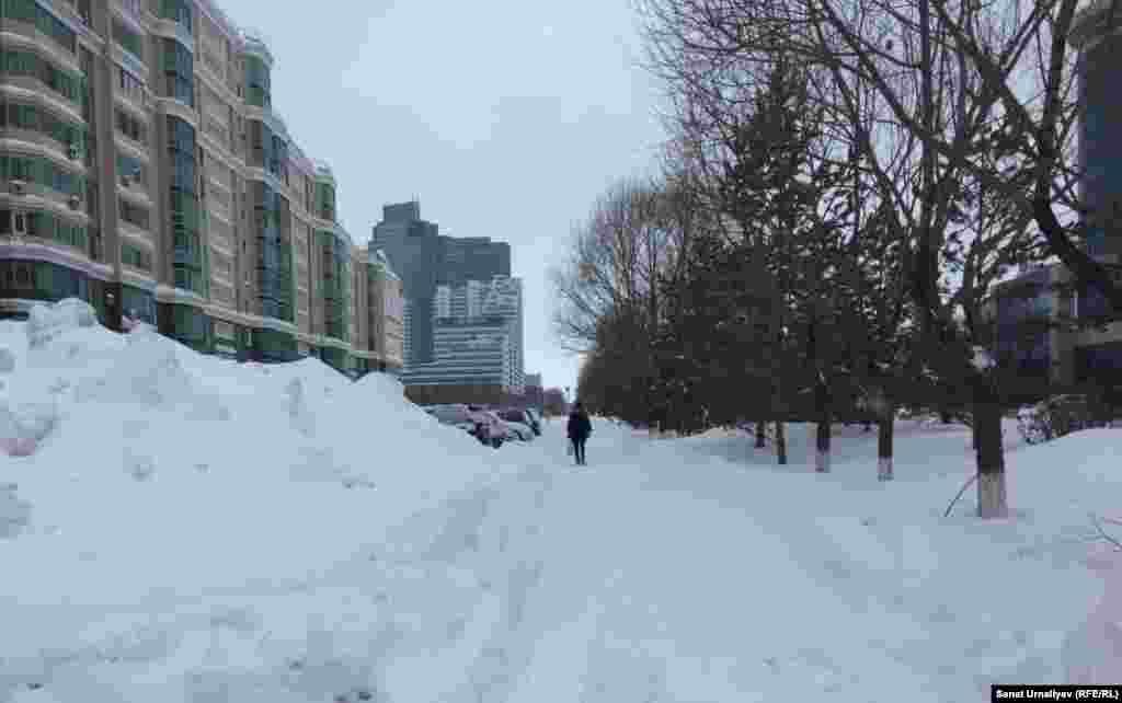 Заснеженный тротуар по улице Динмухамеда Кунаева на левом берегу. Нур-Султан, 28 января 2020 года.