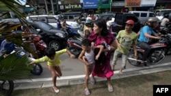 Njerëzit ikin pas tërmetit në provincën Açeh, Banda Açeh, Indonezi, 11 prill, 2012