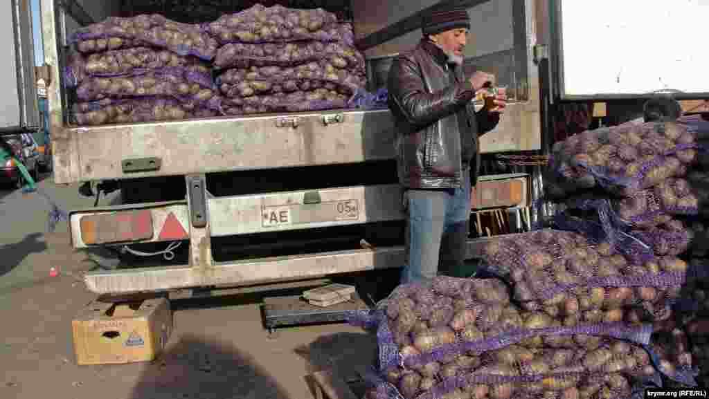 А вот и картофельный ряд. Предприимчивые ребята из Дагестана рассказывают, что возят курскую картошку в Крым. То есть, получается, им выгодно делать такие концы. Продают оптом по 17 рублей килограмм (чуть меньше 5 гривень)
