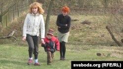 Яна і Лёва Капран з мамай Элай вяртаюцца дахаты.