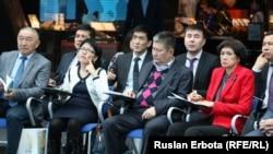 «Нұр Отан» партиясы туралы оқу құралын таныстыру шарасында отырған жұрт. Астана, 30 наурыз 2016 жыл.