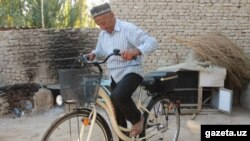 75-year-old pensioner cycling to Karimov's grave awarded in Namangan
