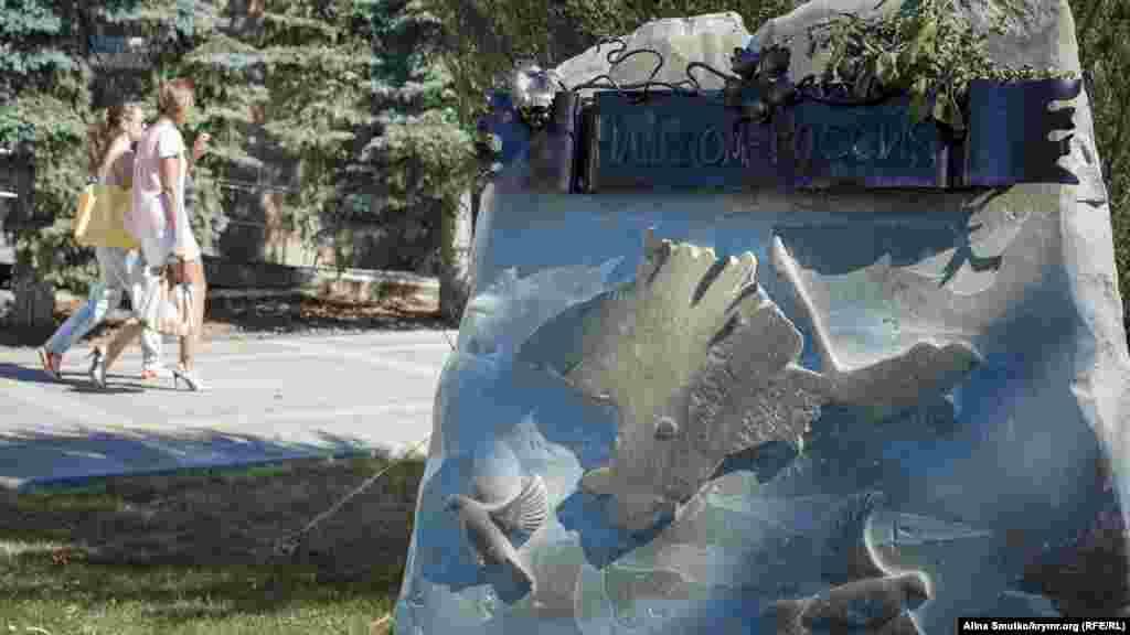 Пам'ятник «Наш дім – Росія». Пам'ятний знак відкрили 16 березня 2015 року – до першої річниці «референдуму» – у будівлі адміністрації Сімферополя. За словами підконтрольного Росії голови міської адміністрації Сімферополя Геннадія Бахарєва, цей монумент – «знак подяки захисникам Криму в період Російської весни»