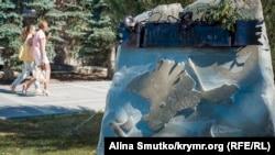 Памятник «Наш дом – Россия» открыли 16 марта 2015 года – к первой годовщине «референдума» – у здания администрации Симферополя