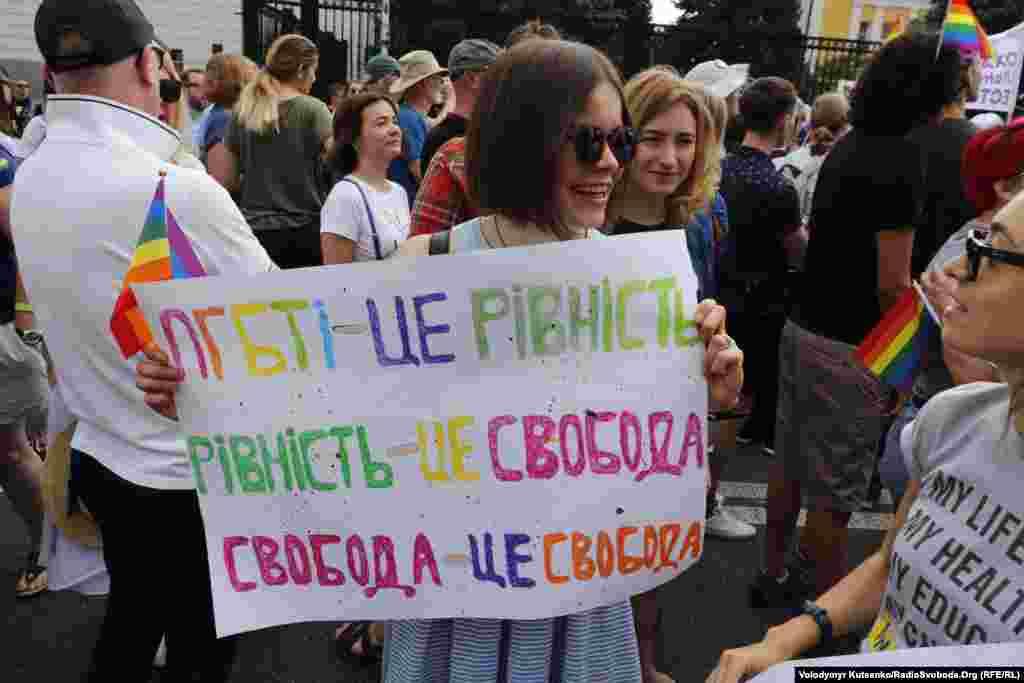 Многие участники шествия принесли с собой плакаты с лозунгами.