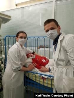Кирилл Юдин с женой навещают ребенка в реанимации
