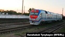 Электровоз на рельсах на станции Уштобе. Алматинская область, 31 июля 2014 года.