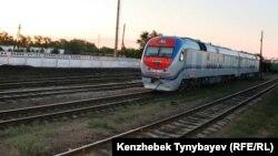 Локомотив на участке железной дороги в Алматинской области. Станция Уштобе, 31 июля 2014 года.
