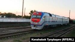 Темір жол локомотиві. Үштөбе станциясы, Алматы облысы. 31 шілде 2014 жыл.