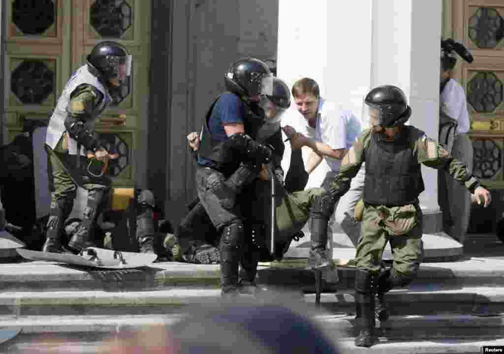 На фото правоохоронці допомагають пораненому товаришу