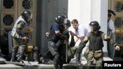 Cарбозони украинӣ ҳамяроқи маҷруҳи худро мебаранд.