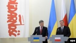 Президенти України і Польщі, Петро Порошенко (ліворуч) та Броніслав Коморовський, Варшава, 17 грудня 2014 року
