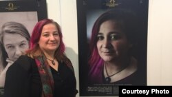 Лара Агаронян поряд із власним портретом на виставці «Правозахисниці: обличчя сили» в Американському домі. Фото надане Освітнім домом прав людини у Чернігові