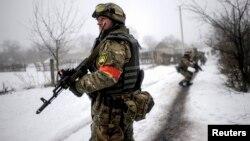 Patrulă ucraineană în satul Orehovo, regiunea 28 ianuarie 2015.