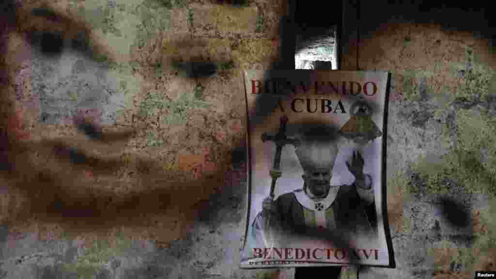 Изображение Бенедикта XVI на кафедральном соборе Гаваны работы итальянского художника Гаспара ди Каро