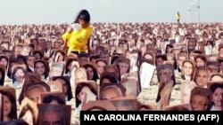 A bahái hitűek tüntetése Rio de Janeiro Copacabana strandján, 2011. június 19-én. A felvonulók hét hittársuk szabadon engedését követelték, akiket Izraelnek való kémkedés vádja miatt ítéltek 20 év börtönre