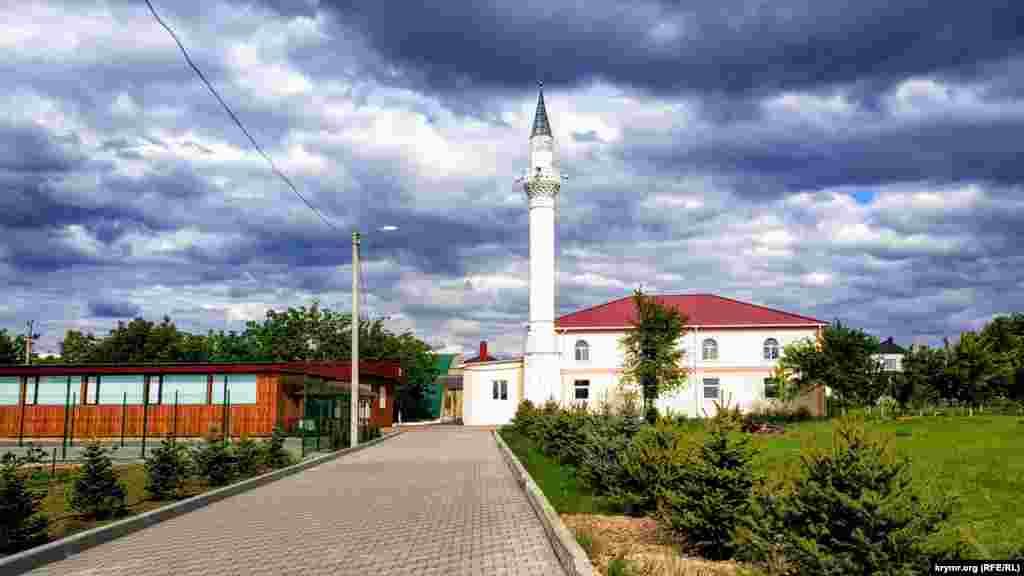 Мечеть в мікрорайоні компактного проживання кримських татар «Бор Чокъракъ» («Фонтани»), розташована в західній частині Сімферополя