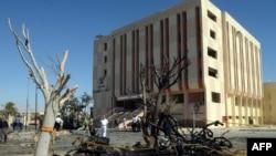 عناصر أمن مصرية تتفحص موقع تفجير في الطر بجنوب سيناء
