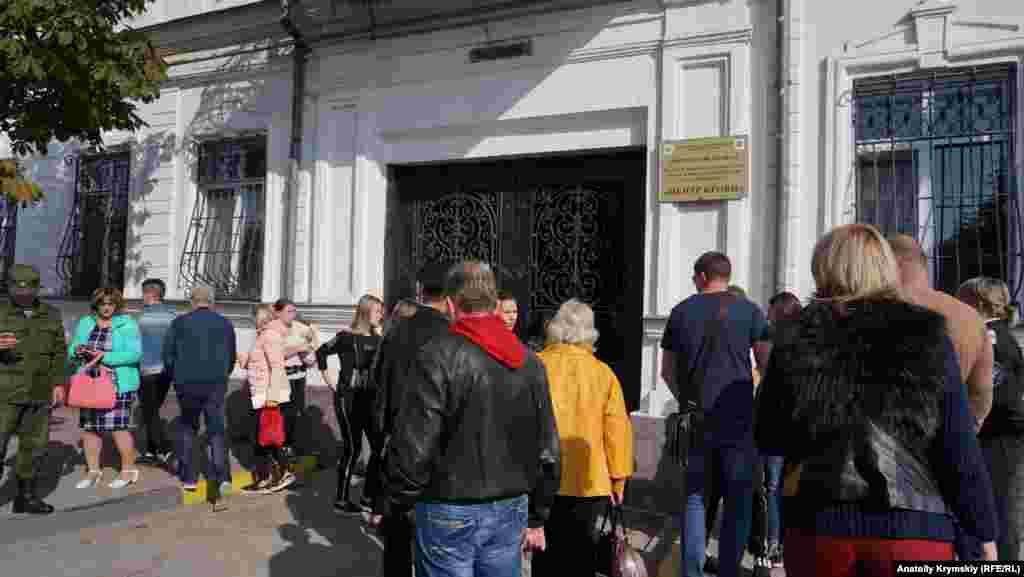 На второй день после трагедии люди выстроились в очередь для сдачи крови пострадавшим