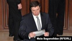 Мэр Тбилиси Гиги Угулава охарактеризовал решение Минфина как месть нового правительства тбилисским властям за их независимую позицию и нежелание идти на поклон к правящей коалиции