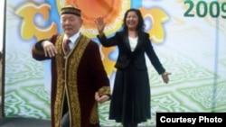 Арыстан Шадетулы танцует танец «Кара жорга». Фото из семейного альбома.