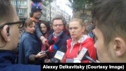 «Сенің қозғалысың» партиясы жетекшісі Барбара Новацка абортқа тыйым салуға қарсылық акциясы кезінде журналистерге сұхбат беріп тұр. Варшава, 9 сәуір 2016 жыл.