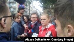 """Барбара Новацка, лидер польской партии """"Твое движение"""", дает интервью журналистам во время акции протестов против законопроекта, запрещающего аборты."""